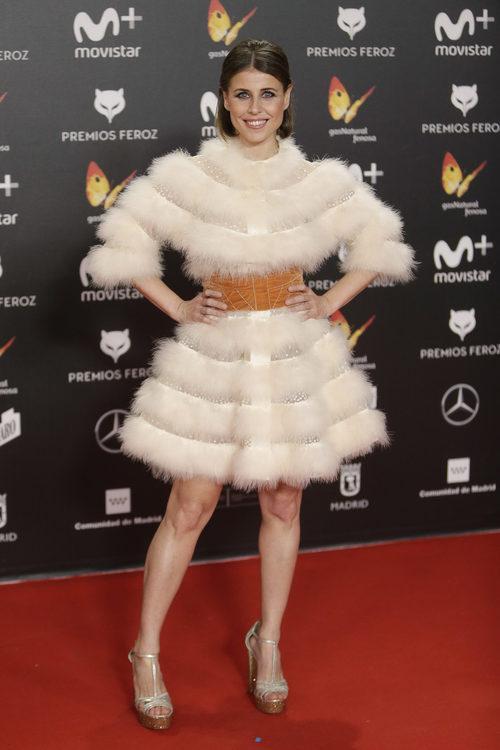 Ruth Llopis con un vestido de  plumas en los premios Feroz 2018