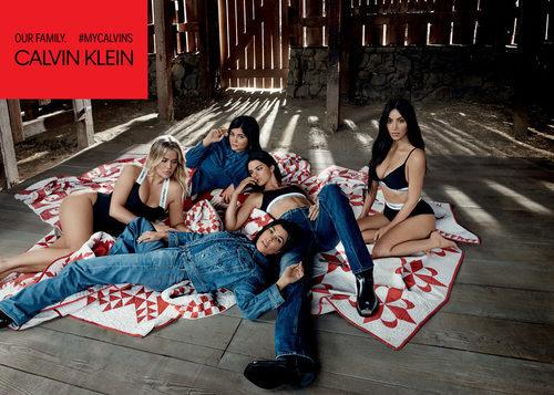 Selección de vaqueros y ropa interior negra de la colección Calvin Klein primavera/verano protagonizada por las hermanas Kardashian