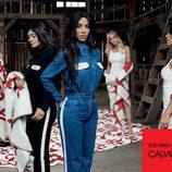 Monos vaqueros y negros de la colección Calvin Klein primavera/verano  protagonizada por las hermanas Kardashian