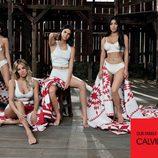 Ropa interior y camisetas blancas de la colección Calvin Klein primavera/verano protagonizada por las hermanas Kardashian