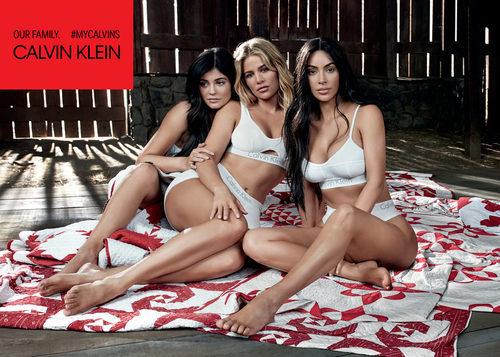 Sujetadores y bragas blancas de la colección Calvin Klein primavera/verano protagonizada por las hermanas Kardashian