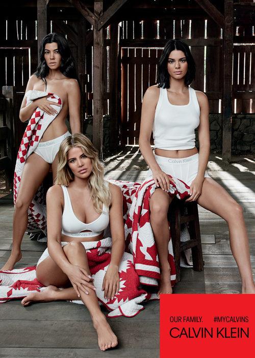 Camisetas de asas blancas de la colección Calvin Klein primavera/verano protagonizada por las hermanas Kardashian