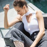 Jeans desgastados con medias blancas de la colección primavera/verano 2018 de Wolford
