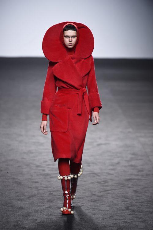Traje rojo de María Escote de la campaña otoño/invierno 2018/2019 en el desfile de la Madrid Fashion Week