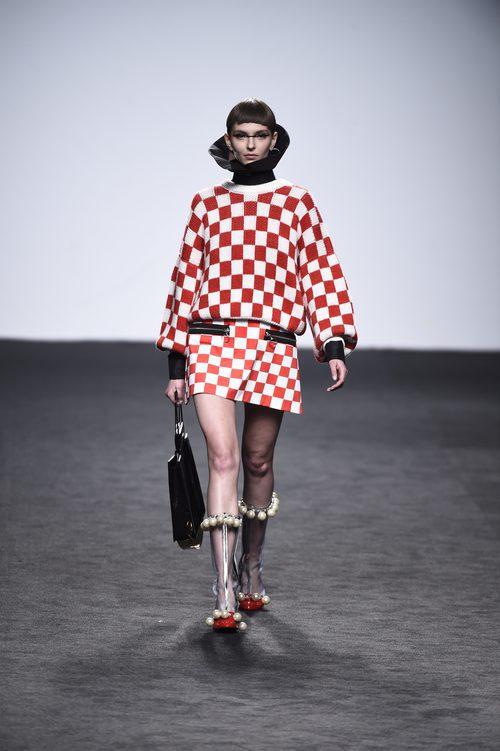 Traje de cuadros rojo y blanco de María Escote de la campaña otoño/invierno 2018/2019 en el desfile de la Madrid Fashion Week