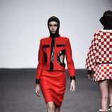 Chaqueta y falda roja de María Escote de la campaña otoño/invierno 2018/2019 en la Madrid Fashion Week