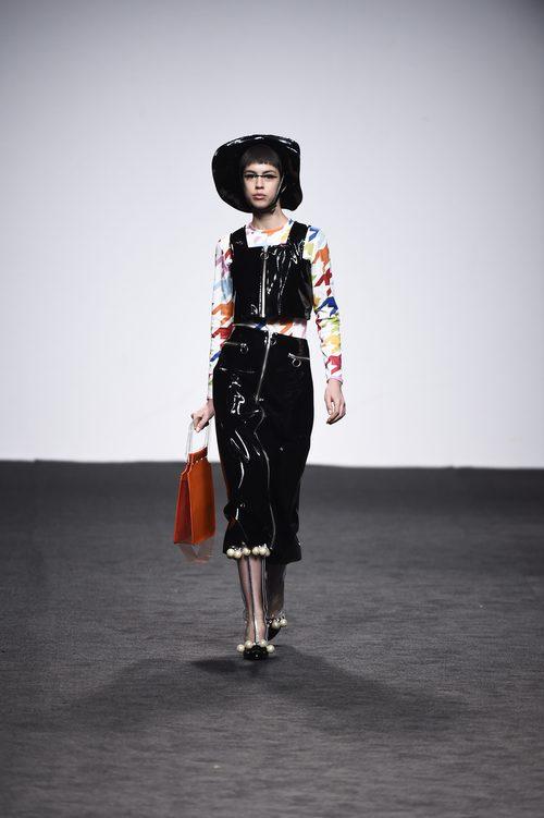 Top y falda negros de María Escote de la campaña otoño/invierno 2018/2019 en la Madrid Fashion Week