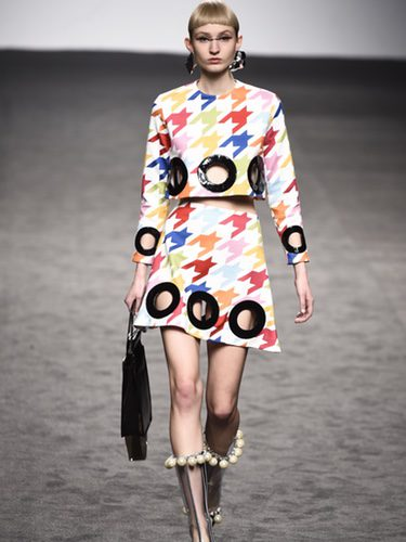 Top y falda de patas de gallo de María Escote de la campaña otoño/invierno 2018/2019 en la Madrid Fashion Week