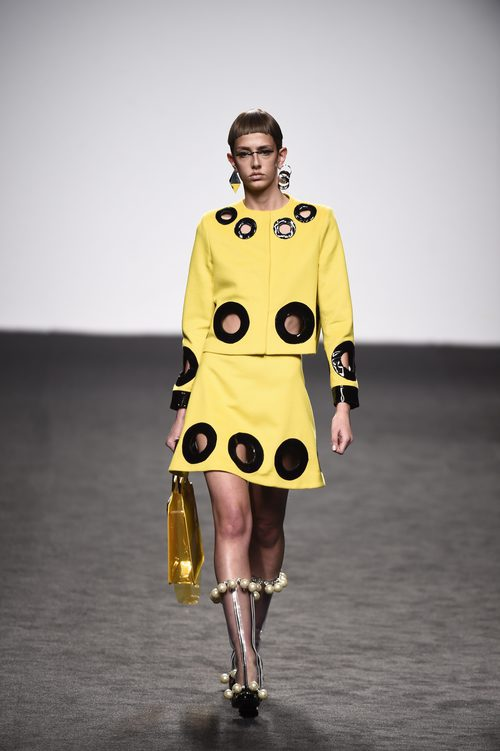 Top y falda amarillos de María Escote de la campaña otoño/invierno 2018/2019 en la Madrid Fashion Week