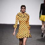 Vestido de lunares amarillo de María Escote de la campaña otoño/invierno 2018/2019 en la Madrid Fashion Week