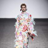 Vestido multicolor con plumas de María Escote de la campaña otoño/invierno 2018/2019 en la Madrid Fashion Week