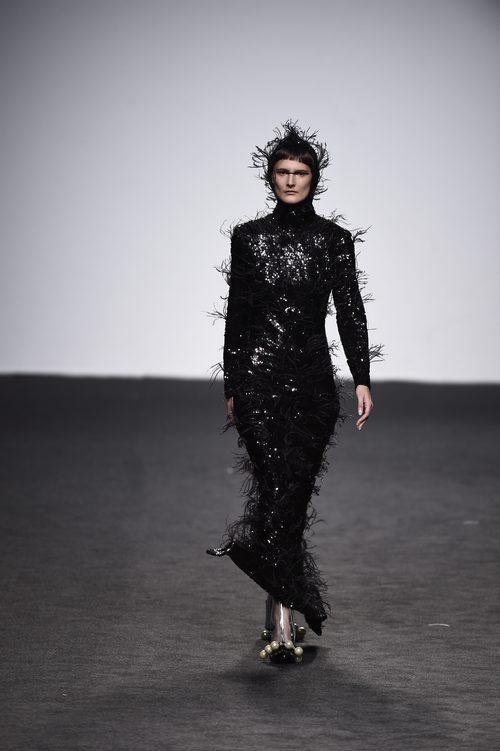 Vestido negro de plumas de María Escote de la campaña otoño/invierno 2018/2019 en la Madrid Fashion Week