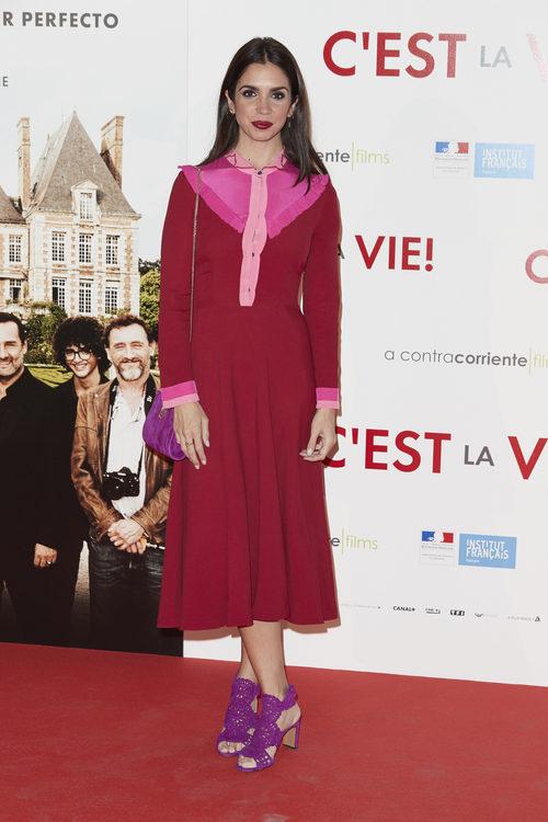 Elena Furiase co un vestido rosa y rosa
