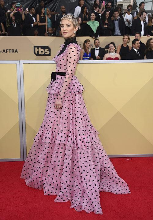 Kate Hudson con un vestido rosa con corazones