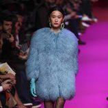 Abrigo de pelo azul Jorge Vázquez de la colección otoño/invierno 2018/2019 en la Madrid Fashion Week