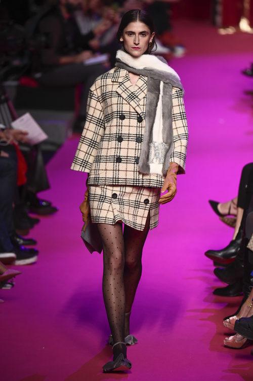 Traje de falda de cuadros de Jorge Vázquez de la colección otoño/invierno 2018/2019 en la Madrid Fashion Week