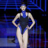 Traje de baño azul eléctrico de Andrés Sardá de la colección otoño/invierno 2018/2019 en la Madrid Fashion Week