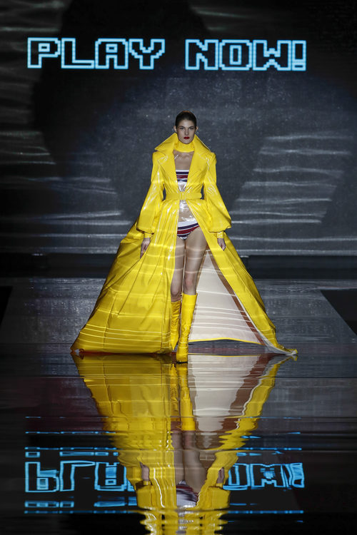 Capa amarilla  de Andrés Sardá de la colección otoño/invierno 2018/2019 en la Madrid Fashion Week