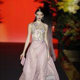 Vestido largo estampado de tonalidad rosa de Hannibal Laguna de la coleción Orient Bloom en la Madrid Fashion Week