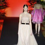 Vestido largo blanco estampado de Hannibal Laguna de la coleción Orient Bloom en la Madrid Fashion Week