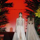 Vestido con escote en V blanco  de Hannibal Laguna de la coleción Orient Bloom en la Madrid Fashion Week