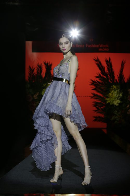 Traje corto azul de Hannibal Laguna de la coleción Orient Bloom en la Madrid Fashion Week