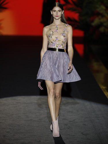 Vestido corto con transparencias de Hannibal Laguna de la coleción Orient Bloom en la Madrid Fashion Week