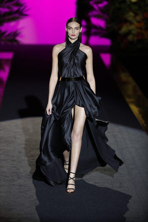 Vestido negro con apertura en las piernas de Hannibal Laguna de la coleción Orient Bloom en la Madrid Fashion Week