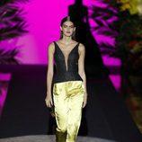 Corpiño y pantalón amarillo de Hannibal Laguna de la coleción Orient Bloom en la Madrid Fashion Week