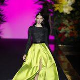 Corpiño de manga larga y falda verde de Hannibal Laguna de la coleción Orient Bloom en la Madrid Fashion Week