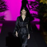 Mono negro de manga larga  de Hannibal Laguna de la coleción Orient Bloom en la Madrid Fashion Week