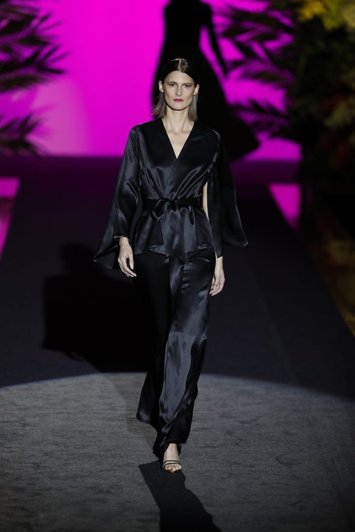 Mono negro de manga larga  de Hannibal Laguna de la coleción Orient Bloom en la Madrid Fashion Week