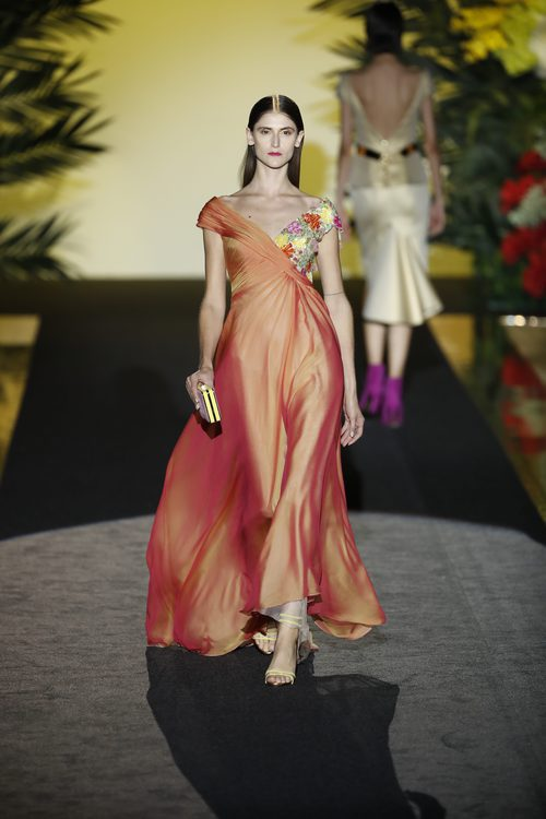Traje naranja de Hannibal Laguna de la coleción Orient Bloom en la Madrid Fashion Week