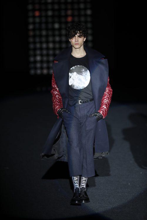 Capa azul de de Ana Locking otoño/invierno 2018/2019 en la Madrid Fashion Week