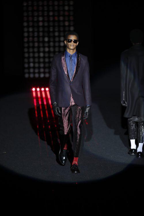 Traje violeta  de Ana Locking otoño/invierno 2018/2019 en la Madrid Fashion Week