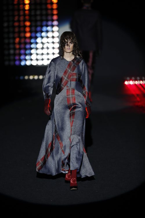 Traje de cuadros escoceses    Ana Locking otoño/invierno 2018/2019 en la Madrid Fashion Week