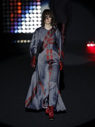 Traje de cuadros escoceses    Ana Locking otoño/invierno 2018/2019 en la Madrid Fashion Week