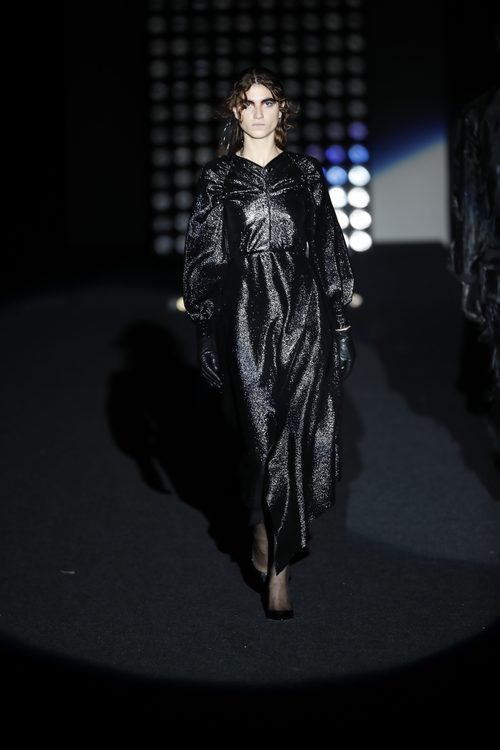 Vestido negro de lurex    Ana Locking otoño/invierno 2018/2019 en la Madrid Fashion Week