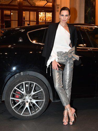 Nieves Alvarez con un pantalón brillante gris