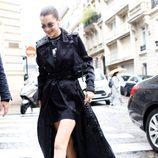 Bella Hadid con una capa negra larga