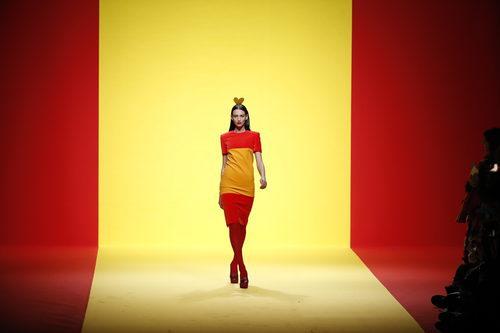 Vestido con la bandera de España de Ágatha Ruíz de la Prada otoño/invierno 2018/2019 en la Madrid Fashion Week