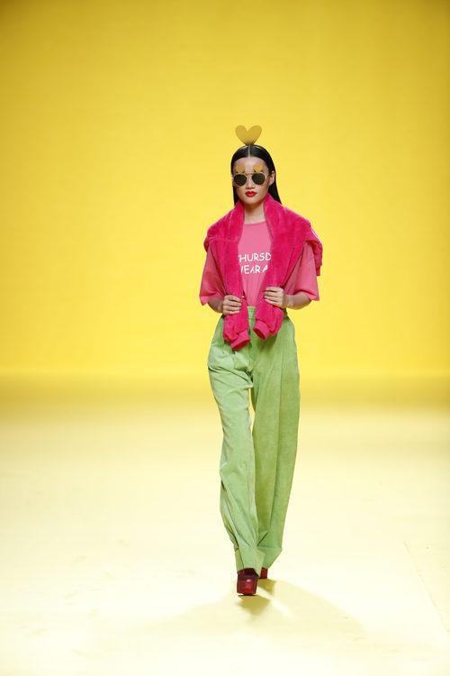 Pantalones de pinzas verdes de Ágatha Ruíz de la Prada otoño/invierno 2018/2019 en la Madrid Fashion Week