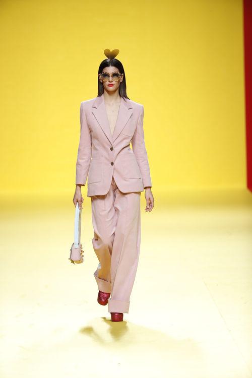 Traje de chaqueta rosa de Ágatha Ruíz de la Prada otoño/invierno 2018/2019 en la Madrid Fashion Week