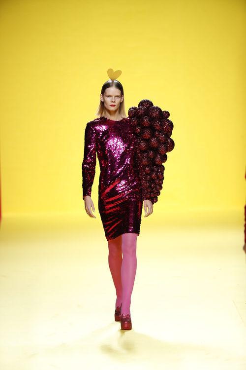 Vestido con pieza 3D de Ágatha Ruíz de la Prada otoño/invierno 2018/2019 en la Madrid Fashion Week