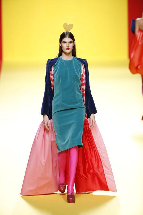 Vestido y abrigo de Ágatha Ruíz de la Prada otoño/invierno 2018/2019 en la Madrid Fashion Week