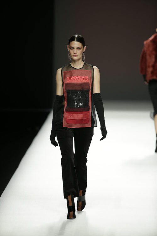 Camisa de varios tejidos de Ángel Schlesser otoño/invierno 2018/2019 en la Madrid Fashion Week