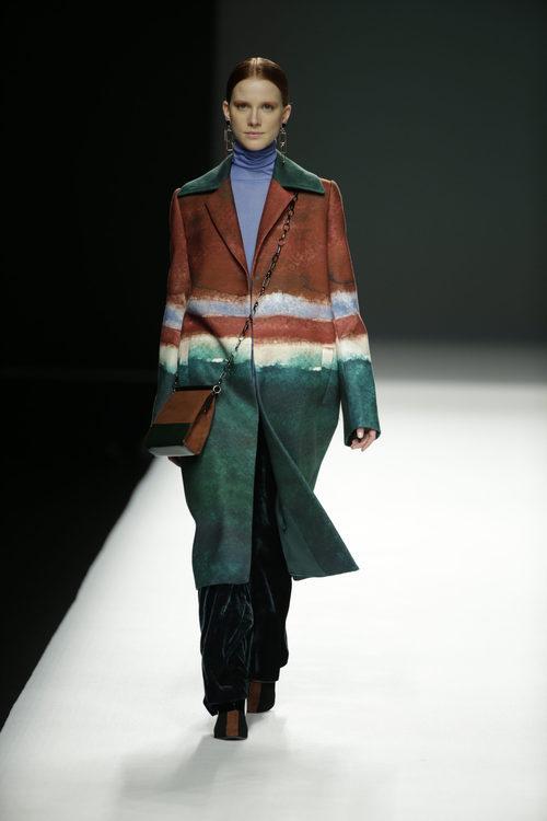 Abrigo estampado de Ángel Schlesser otoño/invierno 2018/2019 en la Madrid Fashion Week