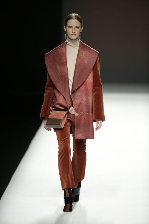 Abrigo anaranjado de Ángel Schlesser otoño/invierno 2018/2019 en la Madrid Fashion Week