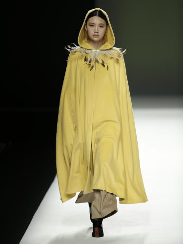Capa de color amarillo de Ángel Schlesser otoño/invierno 2018/2019 en la Madrid Fashion Week