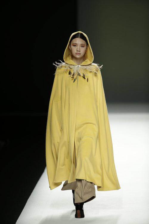 Capa de color amarillo de Ángel Schlesser otoño/invierno 2018/2019 en la Madrid Fashion Week